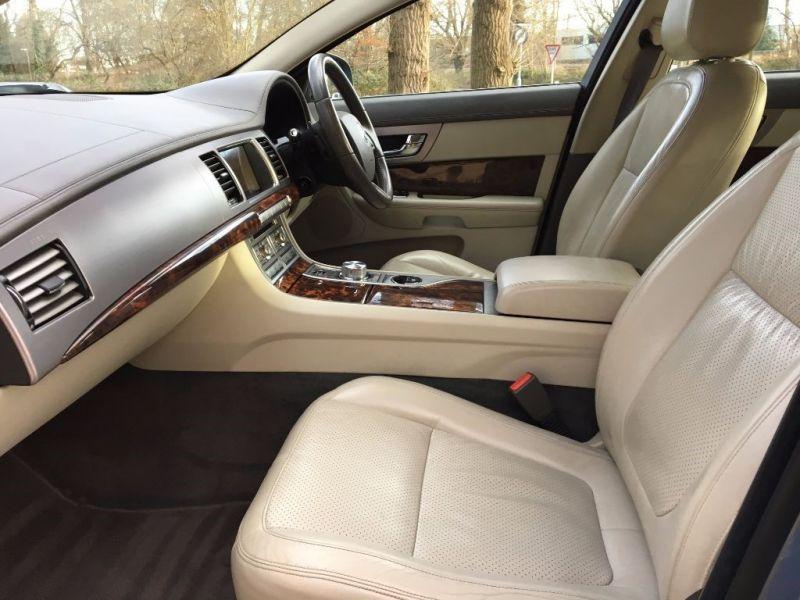 2009 Jaguar XF Premium Luxury V6 image 7