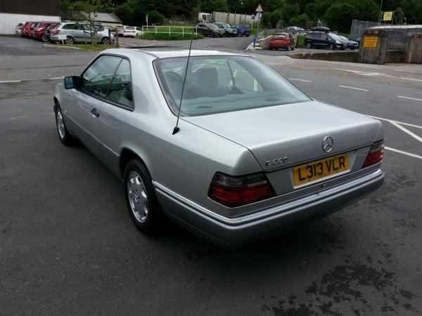 1993 Mercedes-Benz E Class 220 image 4