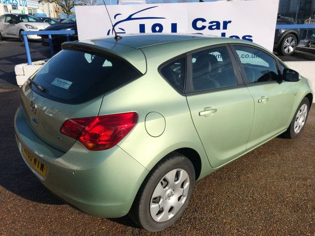 2011 Vauxhall Astra 1.6 5d image 4