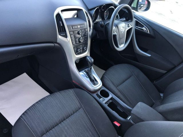 2011 Vauxhall Astra 1.6 5d image 6